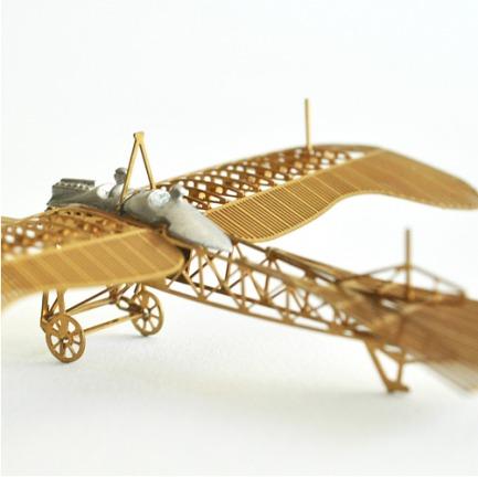 > 手掌大小的复古模型飞机